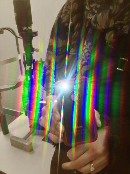 Photographie réalisée au travers d'une plaque de plexiglas gravée au laser femtoseconde par un tir correspondant à des impacts de capot de LASIK espacés de 7.5 microns.