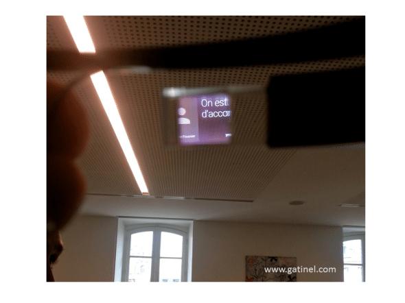Ce cliché permet de se faire une petite idée de la qualité de l'affichage luminescent, qui se superpose à celui du «fond» (ici le revêtement du faux plafond)