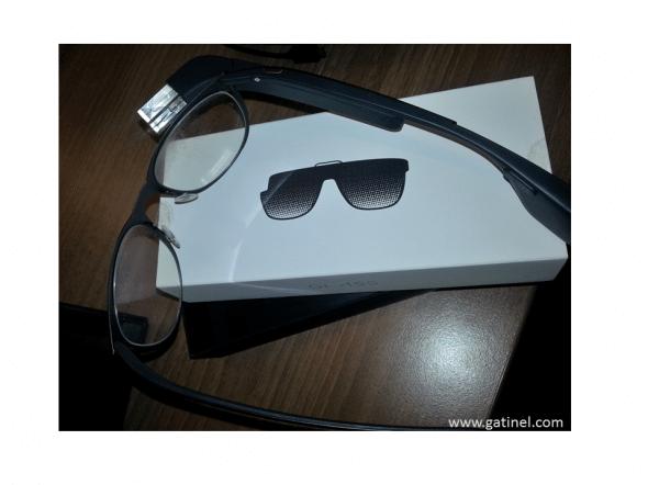 Le bloc «Google glass»,  fixé ici sur une monture traditionnelle pouvant être équipée de verres correcteurs ou solaires.